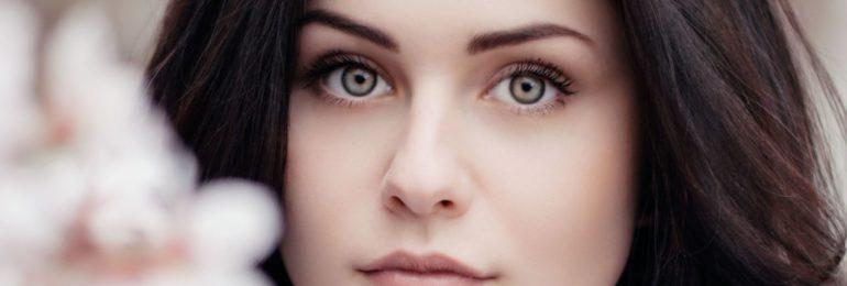 kobieta patrzy prosto w aparat, delikatna twarz_2_1024_561